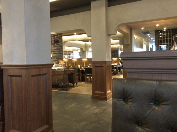 梟書茶房の図書館のような席