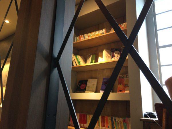 梟書茶房の壁際の本棚